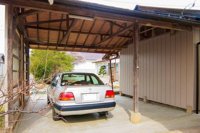 駐車スペース側の屋根