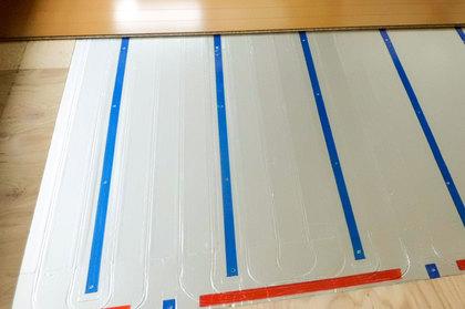 床暖房パネル施工中