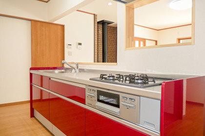真っ赤な対面キッチン