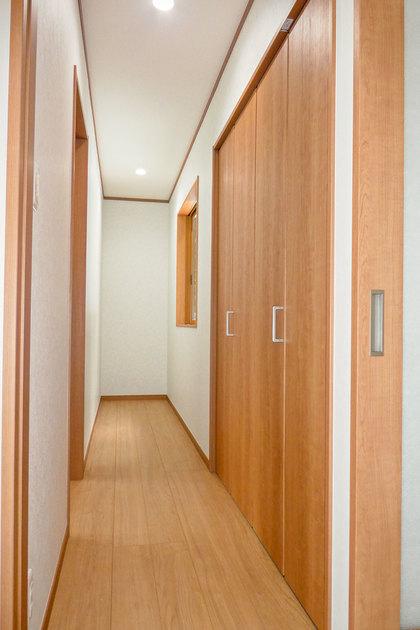 西側の部屋へ続く廊下