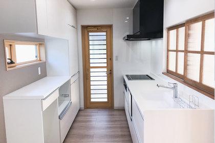 キッチンと格子窓